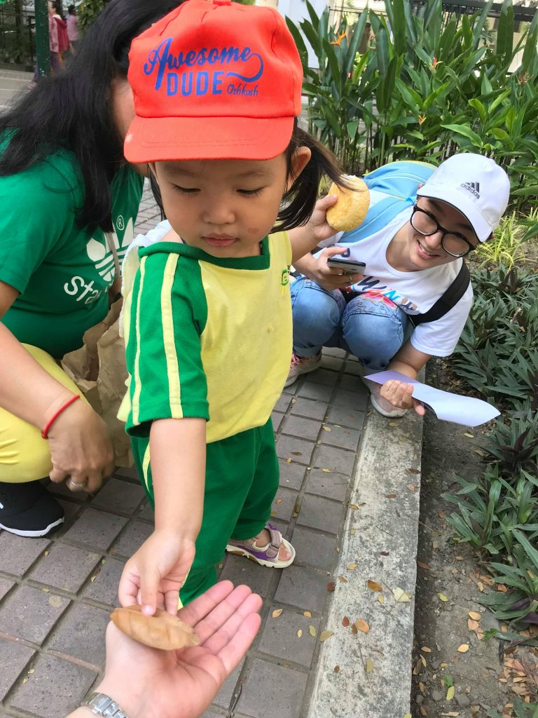 Nature Scavenger Hunt with the Toddlers 04